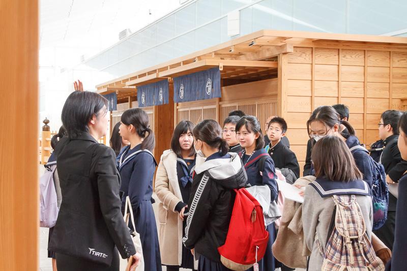 福岡県宗像市の中学生と高校生が参加。羽田空港国際線ターミナルでは、各フロアの説明、そこで働くスタッフの業務内容などが紹介された。写真は4階にある「江戸小路」の日本橋