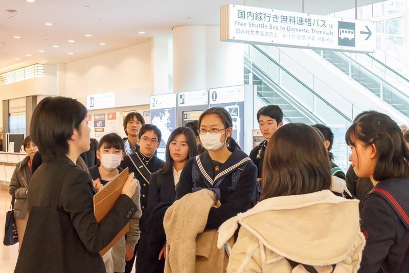 羽田空港における案内は、日本語、英語、中国語、韓国語の4か国語で表記されている。イスラム教徒が利用する礼拝室は残念ながらアラビア語で書かれておらずイラストのみなので、今後は改善していく余地があるそうだ