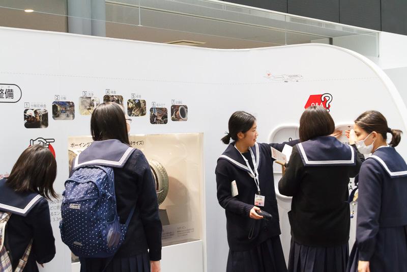 SKY MUSEUM内を見学する参加者