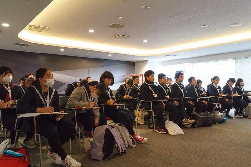 SKY MUSEUMのC教室を使って、飛行機にまつわる講座が開かれた。誰もが真剣な表情で聞き入っていた