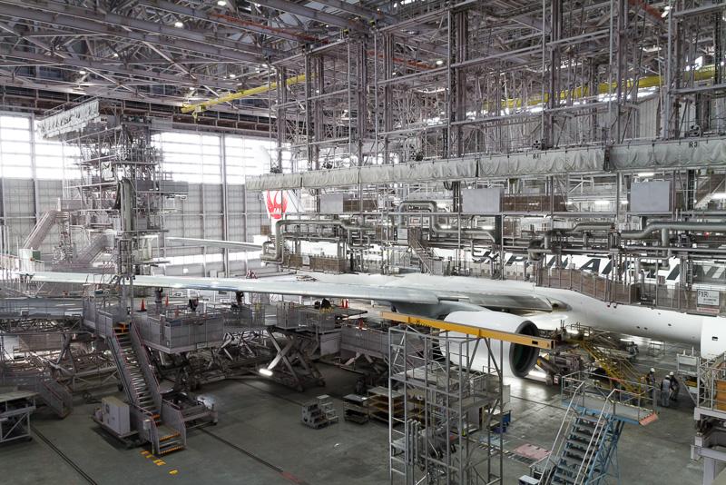 JALメインテナンスセンター1の格納庫では飛行機の整備が行なわれていた