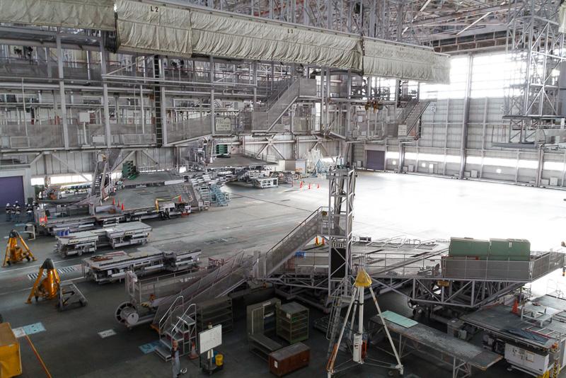 塗装時は天井から吊り下げられている「L2」「L3」と書かれている幕を下ろして、塗料が周囲に飛び散らないように保護する