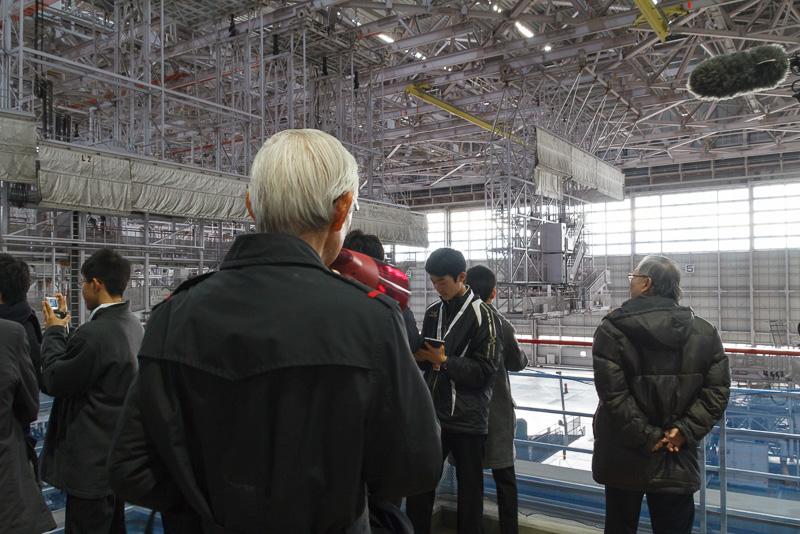 飛行機や格納庫の大きさに圧倒されながら写真撮影をする参加者