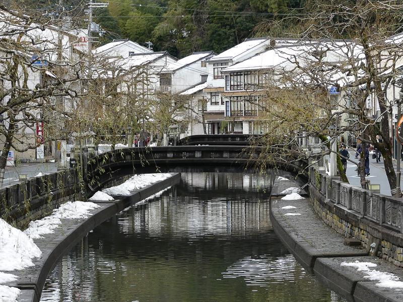川沿いに柳の木という風情ある城崎温泉街