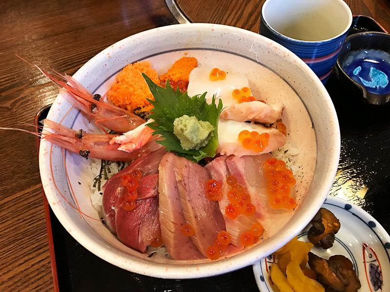 新鮮な海の幸が満載の海鮮丼をいただきました