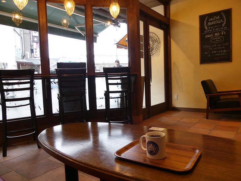 町の通りにはこのような落ち着けるカフェもありました