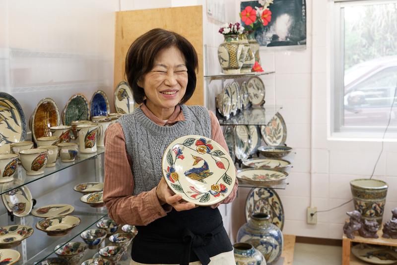 金城次郎氏の孫にあたる藤岡香奈子氏。自身も陶芸家であり、「陶芸工房ふじ」などを経営する