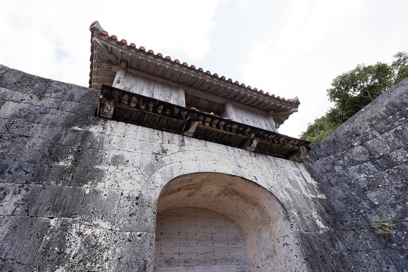 美しい石組みのアーチを描く門。城郭内へ入る最初の門となる(国営沖縄記念公園/首里城公園:歓会門)