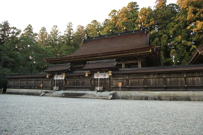 第一社、第二社は1つの建物。門が2つあり、左が夫須美大神、右が速玉大神
