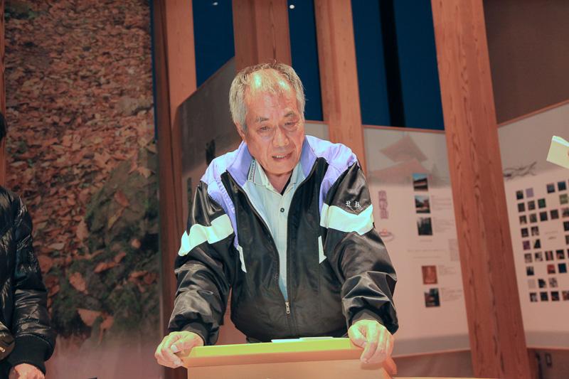 説明する世界遺産熊野本宮館の小渕良樹さん