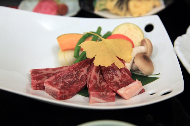 会席料理プランの熊野牛とアユの塩焼き。見た目も美しい逸品だ