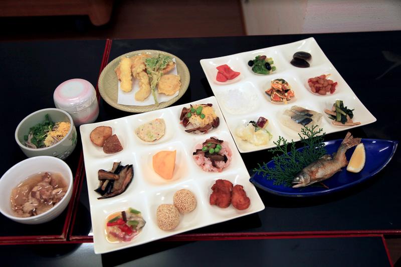 夕食にいただいたミニ会席+ビュッフェ。ビュッフェは約30種類で、地元熊野の幸がたっぷり
