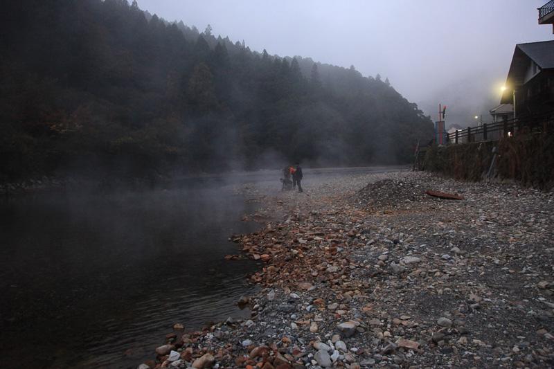 河原一帯が源泉のため、冷えた朝には湯気が湧きたっている