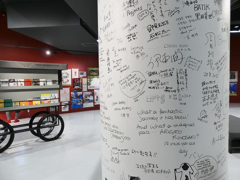 柱には滞在した世界各国のアーティストのサインが