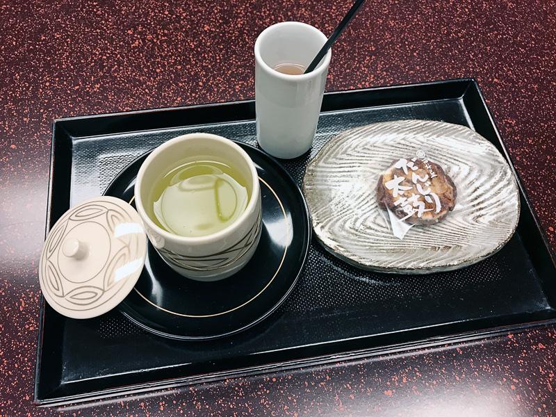 仲居さんがわざわざ持ってきてくれたお着き菓子とお茶