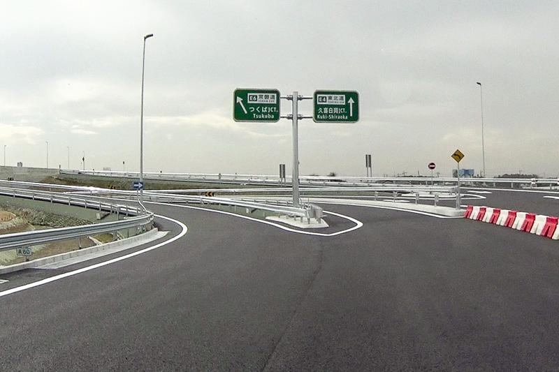 高速道路ナンバリング標識。「E4 東北道」「E6 常磐道」という路線番号と路線名が列記されている