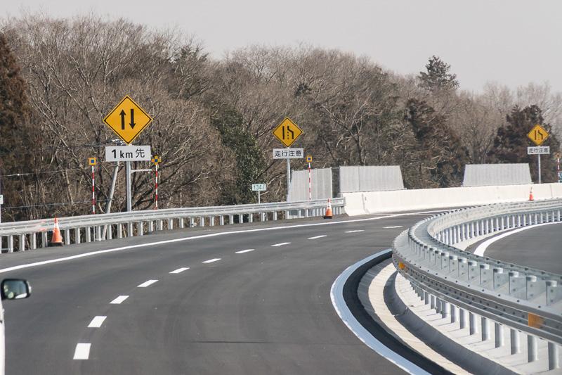 坂東ICから常総ICに戻る。2車線から1車線になる表示が現われる