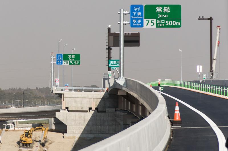 常総IC出口案内標識。IC近辺は鬼怒川直前まで4車線化の準備ができている