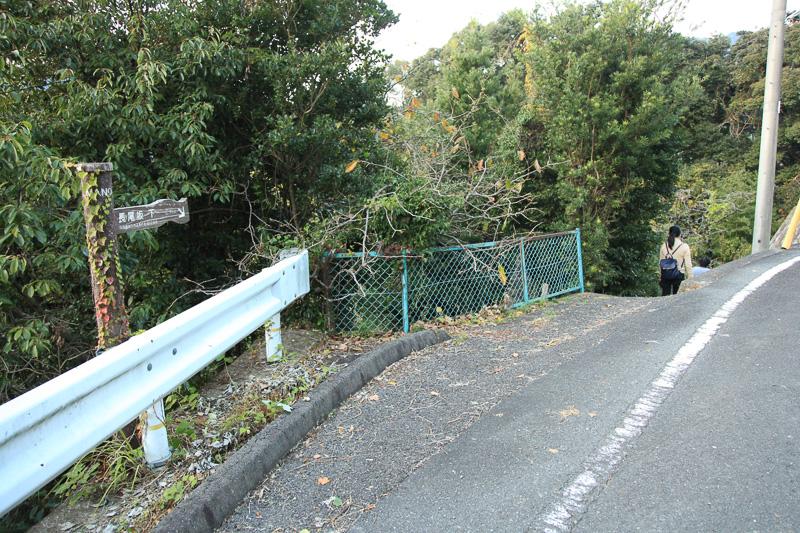 長尾坂の熊野寄り入口。下るのはラクだが滑りやすいところもあるので慎重に
