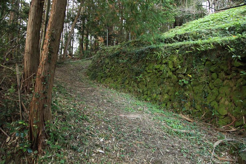 つづら折りの坂を下る。長尾坂は交通の要衝であり、かつてはこの付近で戦も行なわれたという