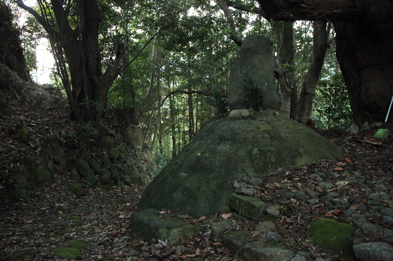 南無阿弥陀仏と掘られた石碑は、1906年(明治39年)建立。古道がその時代にも使われてきた証拠でもある