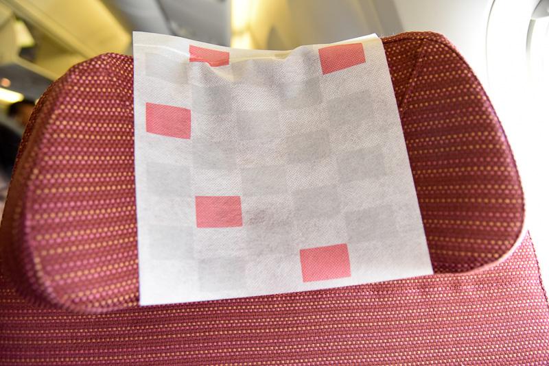 「JAL SKY WIDER」のシート。シート幅も約47cmと広め。ヘッドレストも左右を起こしてフィットできるタイプ