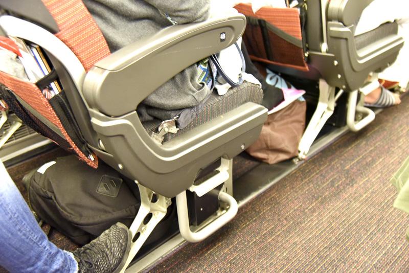 座席間隔は約86cm。座ると、前の座席との隙間の広さを感じる。置き方にもよるが荷物を置いても窮屈さはない