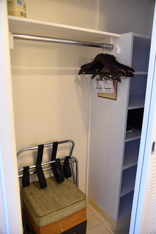クローゼットにはセーフティボックス、アイロンなどを収納