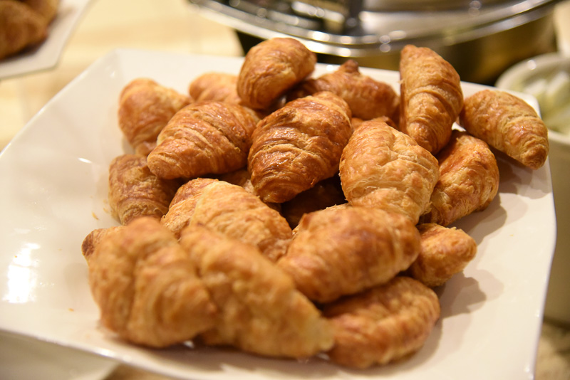 軽めの朝食用にベーコンやオートミール、ペイストリーにベーグルが揃う。シリアルもある