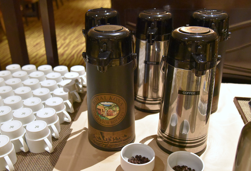 ドリンクはオレンジジュースやパッションオレンジ グアバジュースなど。コナ・コーヒーも味わえる