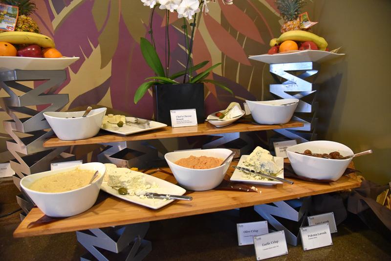 おつまみとしてチーズが数種類とチキンなどが並ぶ