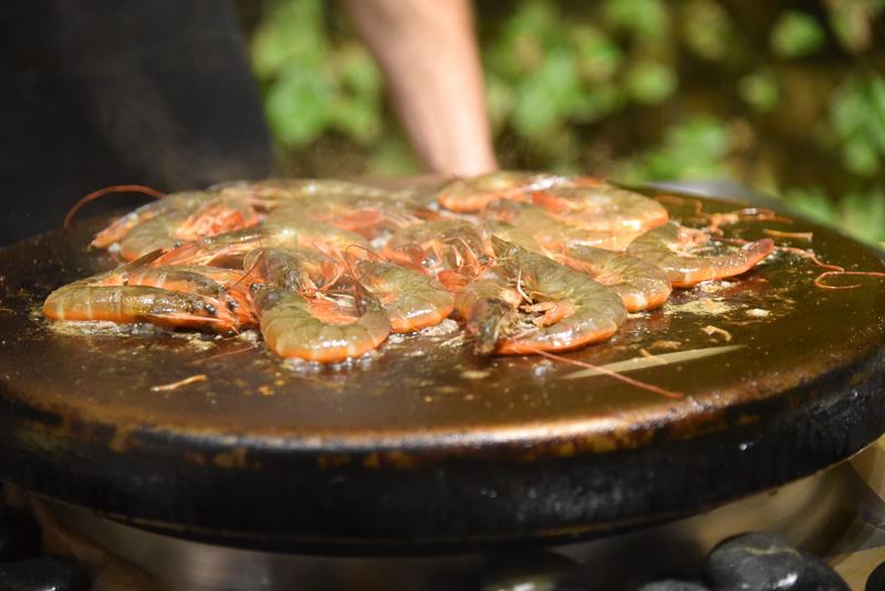 食べ応えのあるぷりっぷりの海老がクセになる「ガーリックシュリンプ カウアイ島産・丸ごと屋台風」