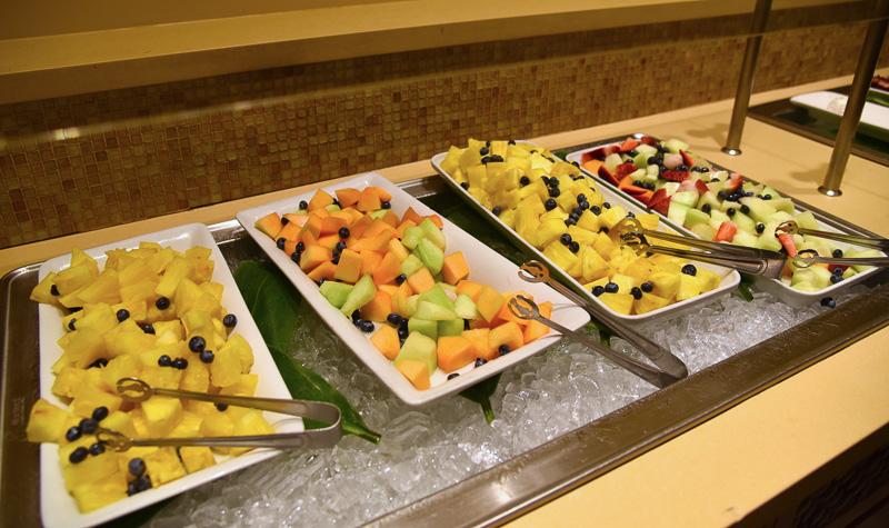 パイナップルの甘酸っぱさに食欲が止まらない「フルーツサラダ ドール産パイナップル・季節のフルーツ」