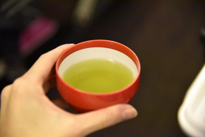 機内でしか味わえないパイナップルフレーバーはかなり濃厚。食後の温かい緑茶と一緒にいただくとちょうどよい