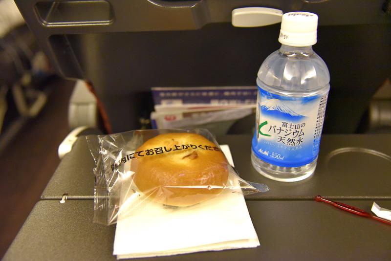 朝食用の軽食も配布。バッグの中には惣菜パンとドリンクが1本