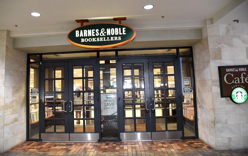 「バーンズ&ノーブル・ブックセラーズ」。駐車場近くの裏側にあり、品揃えはよい