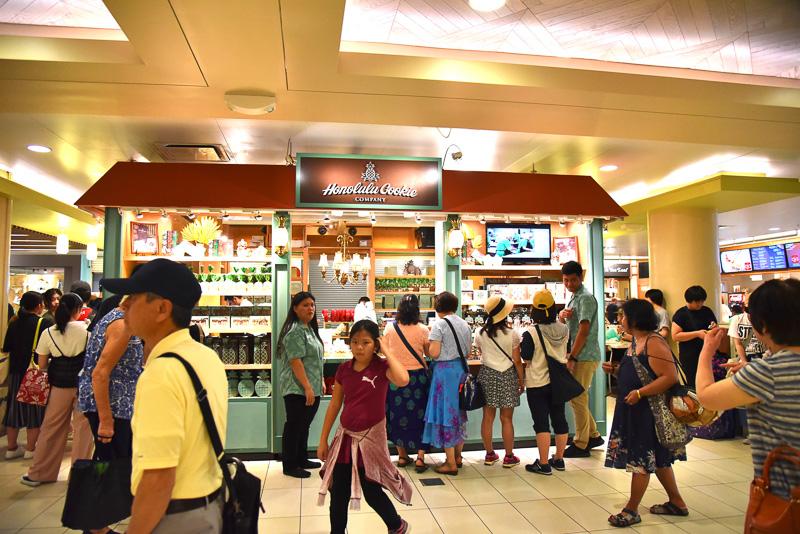 「マカイ・マーケット・フードコート」にあり、観光客であふれる「ホノルル・クッキー・カンパニー」