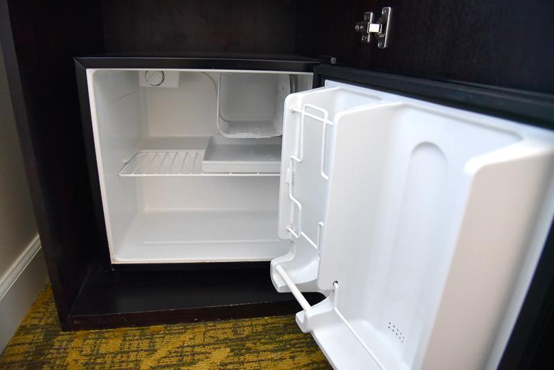 ベッドサイドには氷桶とグラス。その下には冷蔵庫を設置