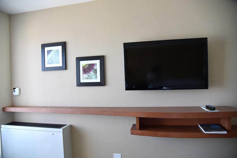 壁掛けの薄型テレビもベッド正面に
