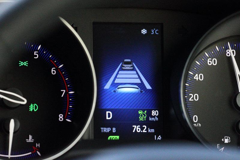 ミリ波レーダーと単眼カメラを併用したセンサーにより、車速に応じた車間距離を保ちながら追従走行が可能、今回のような長距離ドライブ時にあるとうれしい機能