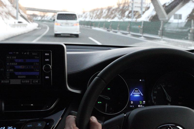 "C-HRは衝突回避支援パッケージ""Toyota Safety Sense P""を全車標準装備。「プリクラッシュセーフティシステム(歩行者検知機能付 衝突回避支援タイプ/ミリ波レーダー+単眼カメラ方式)」「レーンディパーチャーアラート(ステアリング制御付)」「オートマチックハイビーム」「レーダークルーズコントロール(全車速追従機能付)」を装備する"