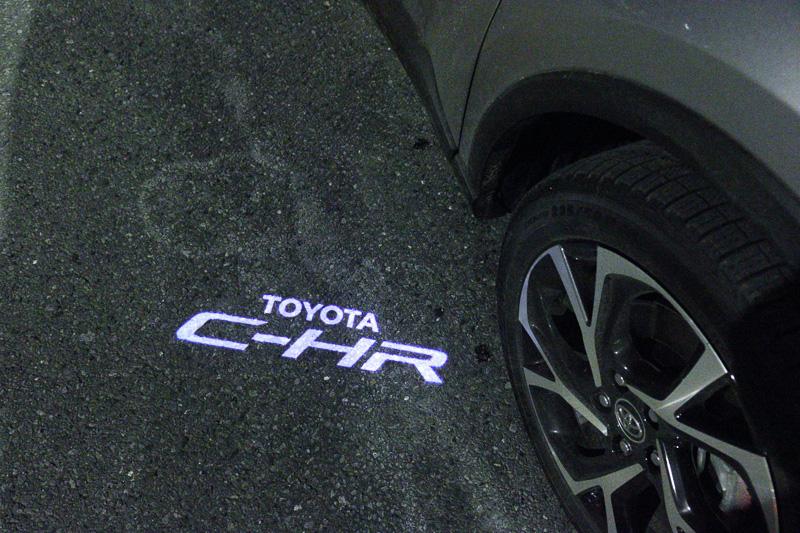 車名の「C-HR」を表示するドアミラー足下イルミネーションランプ