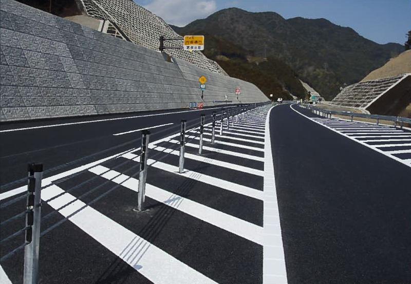 紀勢自動車道に設置されたワイヤロープ(写真提供:NEXCO中日本)