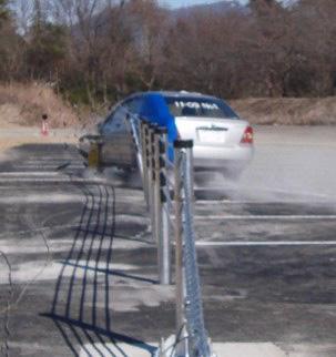 衝突実験、車両が受ける衝撃を緩和し、ロープを超えてはいない(写真提供:NEXCO中日本)