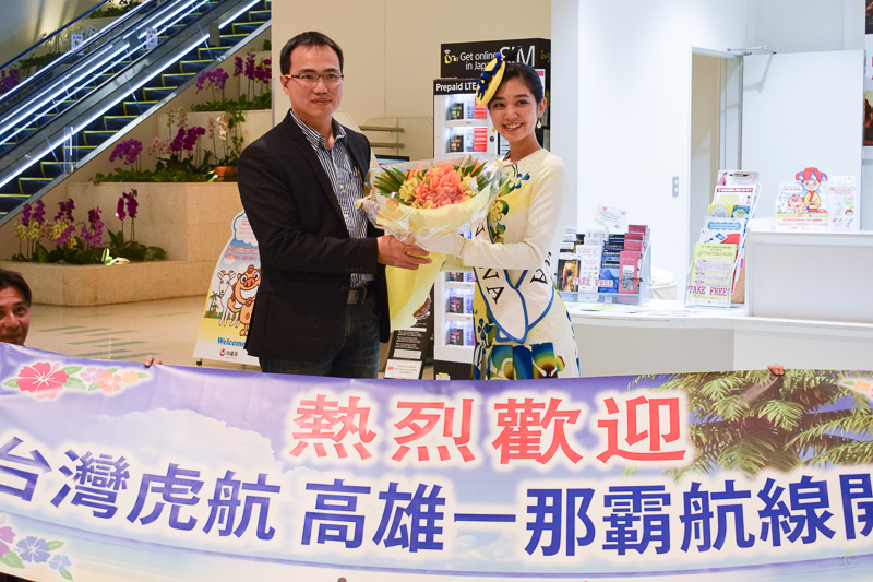 ミス沖縄スカイブルーの嘉数晴花さんからタイガーエア台湾のCFOでスポークスマンの林俊男氏に花束が贈呈された