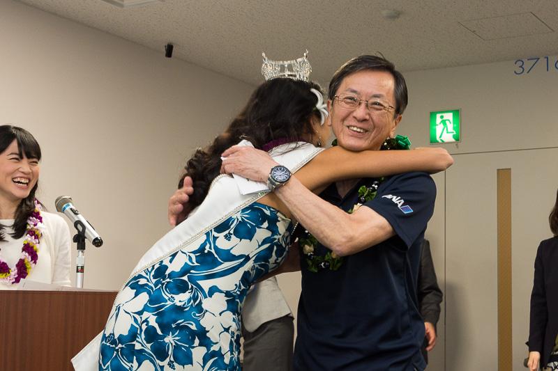 全日本空輸株式会社 代表取締役社長 篠辺修氏。ミスハワイ2016のアリソン・チューさんにレイをかけられたあと、ハグをされて思わず笑顔に