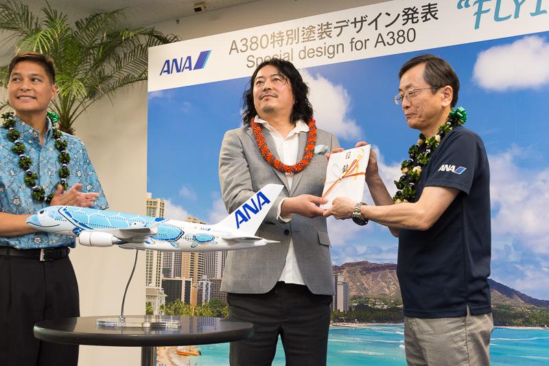 増岡千啓さんには東京~ホノルル線のビジネスクラスペアチケットが贈られた