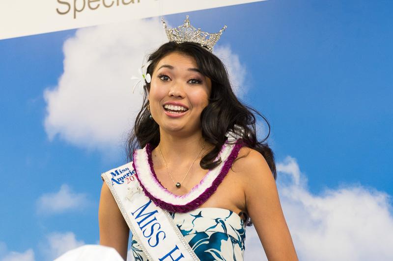 ミスハワイ2016 アリソン・チュー(Allison Chu)さん。発表会に先立ち「ワイキキ」を歌って会場を盛り上げた