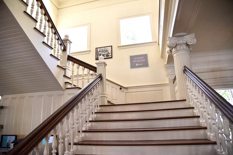 エントランスにはクラシカルなエレベータやポスト、階段などがあった