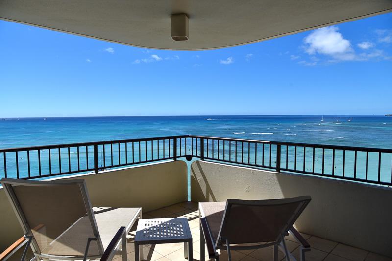 海と空の青さに吸い込まれるような感覚になれるバルコニーからの眺め